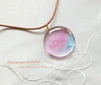 淡いピンクの泡ネックレス(フュージング)